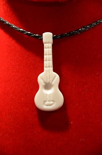 Collier guitare cordes gravées